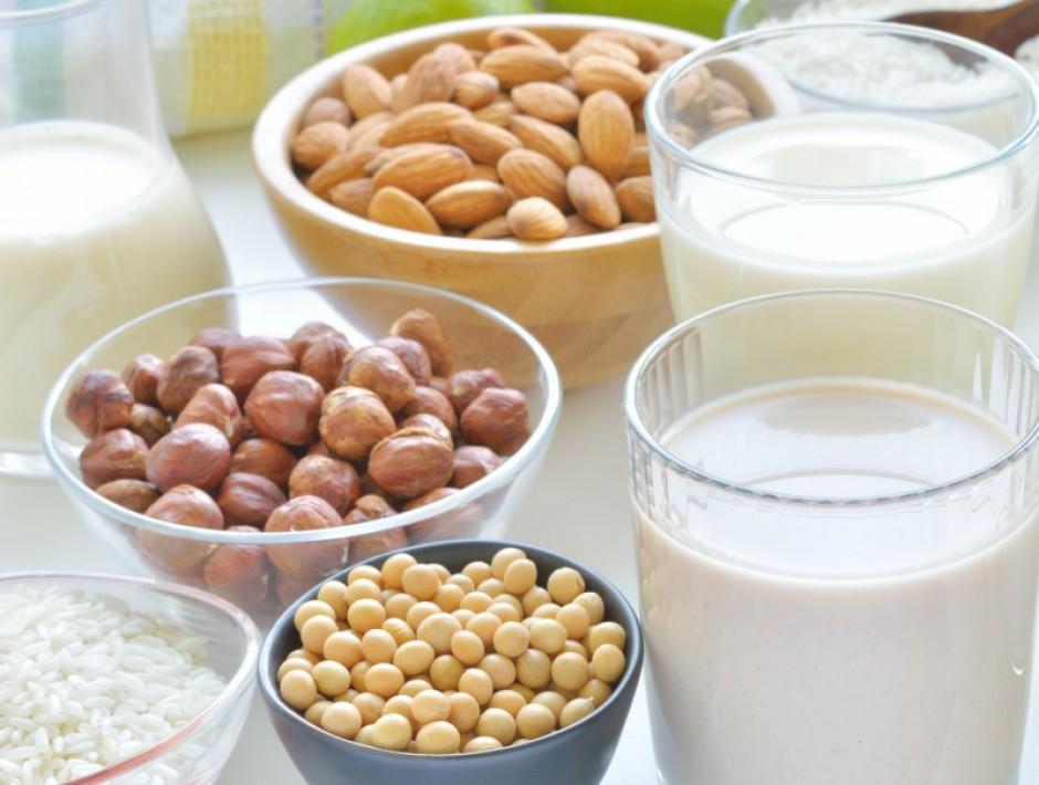 Il boom del latte alternativo: in crescita del 27% la vendita di soia, avena, riso o mandorla